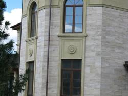 Декор фасада из архитектурного камня и его особенности.